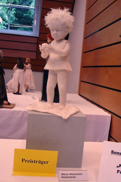 """Door de vormgeving en de nieuwe techniek ontving zij de Max-Oskar-Arnold Kunstpreis 2007 met """"het witte meisje""""."""