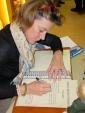 Andrea_Christenson_signeren_gastenboek_Hesemans